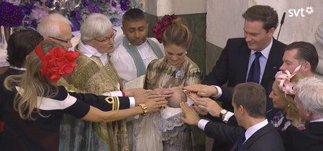 Los padres y padrinos tocan la frente de Nicolás de Suecia en su bautizo