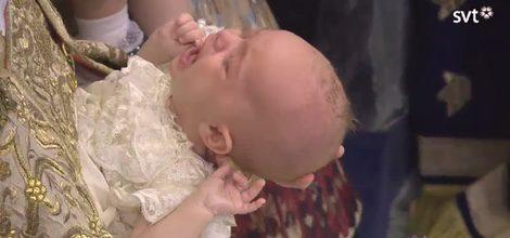 Nicolás de Suecia recibe las aguas bautismales entre lágrimas