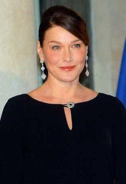 Carla Bruni retoma su trabajo como Primera Dama tres meses después de dar a luz a Giulia