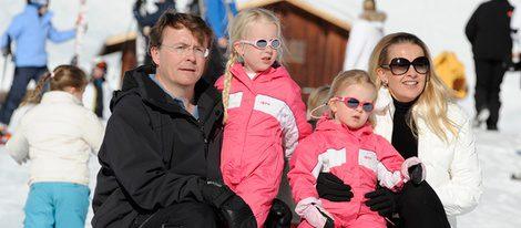 El Príncipe Johan Friso con su esposa y sus hijas en la nieve