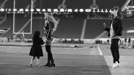 Blue Ivey Carter con Beyoncé en los ensayos de la Super Bowl 2016 / Instagram