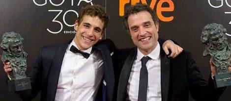Daniel Guzmán y Miguel Herrán posando junto a sus estatuillas en la gala de los Premios Goya 2016