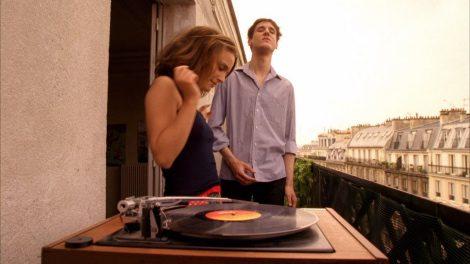 Natalie Portman bailando en una terraza de un piso en París