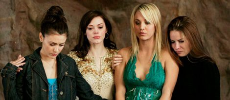 Kaley Cuoco junto con la s protagonistas en la serie 'Embrujadas'