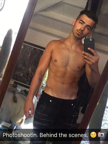 El cantante Joe Jonas presumiendo de cuerpo en las redes sociales
