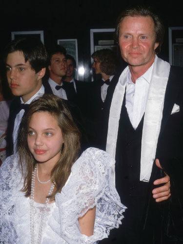 Angelina Jolie de niña junto a su padre