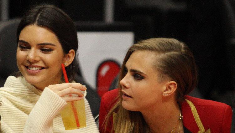 Kendall Jenner y Cara Delevingne en un partido de la NBA en 2015