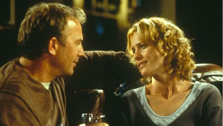 Kevin Costner y Robin Wright en 'Mensaje en una botella'