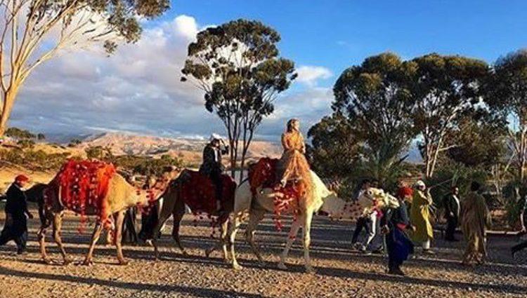 Dianna Agron subida en un camello