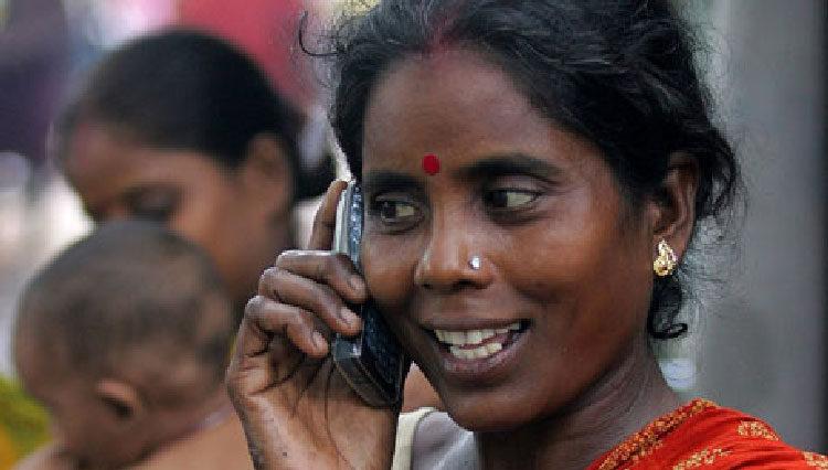Una mujer en la India hablando por teléfono