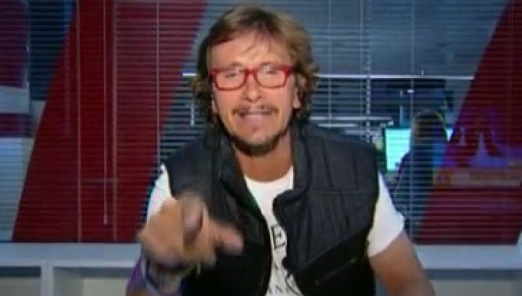Alejandro Abad apuntando con el dedo/ telecinco.es