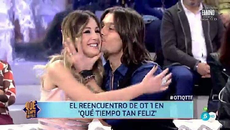 Javián dando un beso a Mireia en 'Qué tiempo tan feliz'/ telecinco.es