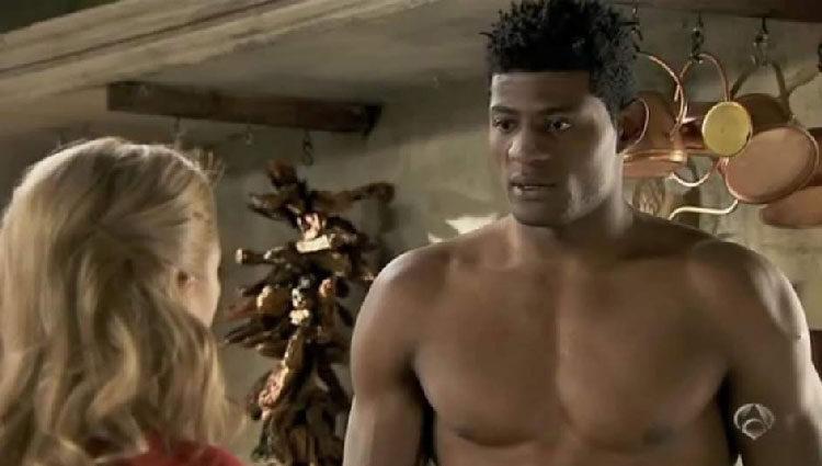 Ricardo Nkosi, el hermanastro actor del tiroteado actuando en 'Doctor Mateo'