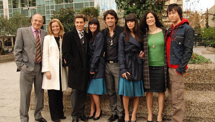 Carlos Olalla con sus compañeros durante la presentación de la serie 'Mi gemela es única'