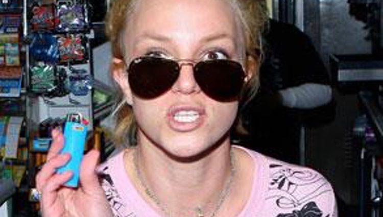 Britney roba un mechero en una gasolinera