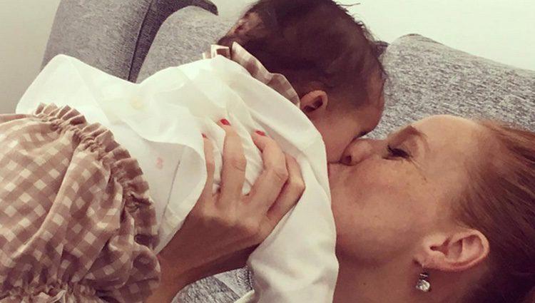 María Castro besando con ternura a su hija Maia / Instagram