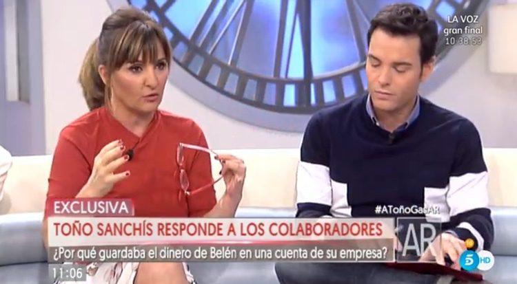 Los colaboradores de 'AR' haciendo preguntas a Toño Sanchís/ telecinco.es