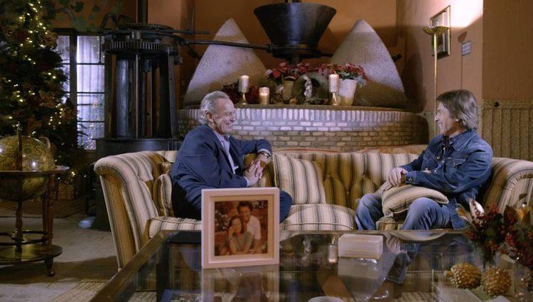 Raphael charlando con Bertín Osborne / Foto: telecinco.es