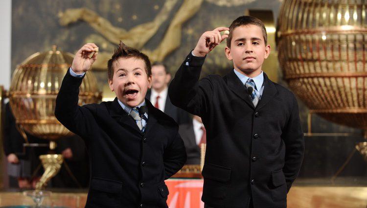 Niños de San Ildefonso cantando los números de la Lotería