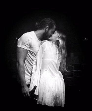 Margot Robbie y Tom Ackerley besándose