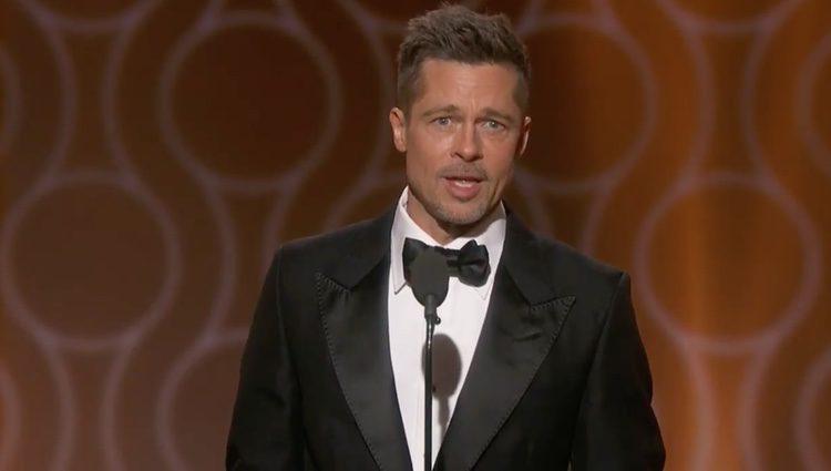 Brad Pitt presentando su película 'Moonlight' en los Globos de Oro 2017