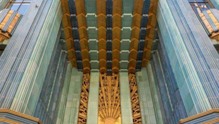 Entrada al edificio Eastern Columbia, caracterizado por sus destellos verdes azulados y dorados