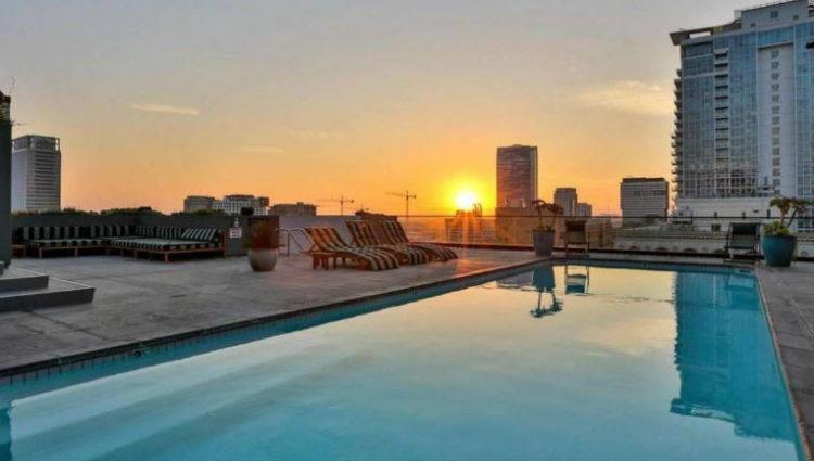 Terraza exterior con piscina, zona de relax e increíbles vistas a la ciudad