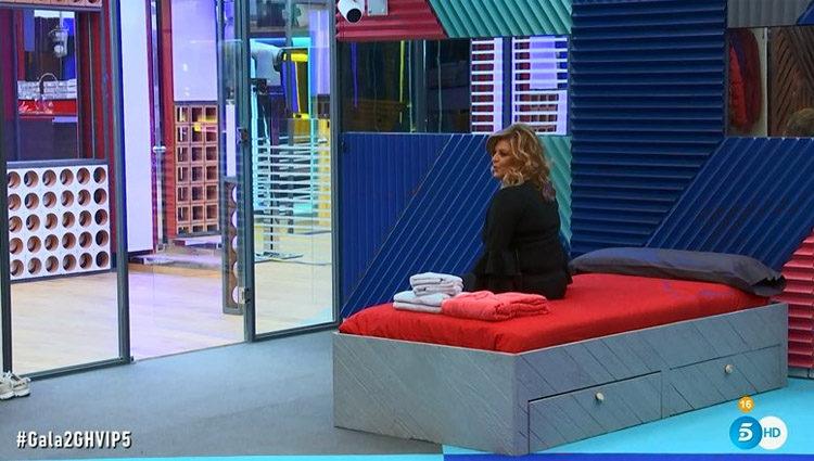 Terelu Campos prueba su cama en el dormitorio de las chicas   telecinco.es