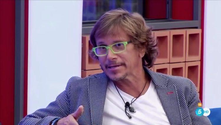 Alejandro Abad dando su versión de los hechos sobre la polémica de la canción 'Mi música es tu voz' / Foto: Telecinco.es