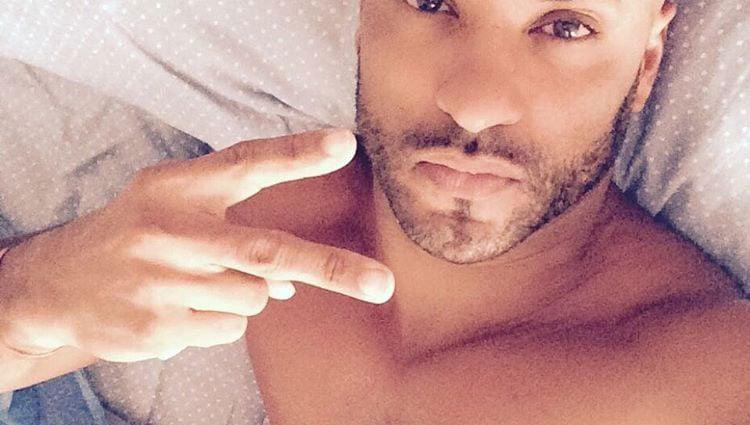 Ricky Whittle muy sexy tumbado en una cama/ Fuente: Instagram
