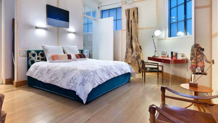 Dormitorio con detalles hogareños del apartamento de Knightley