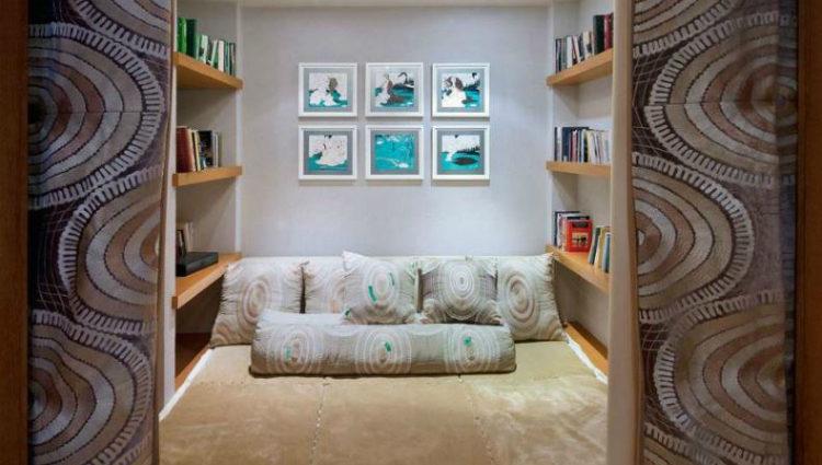 Los paneles de vidrio o de seda bordada a mano son algunos de los detalles más peculiares del apartamento