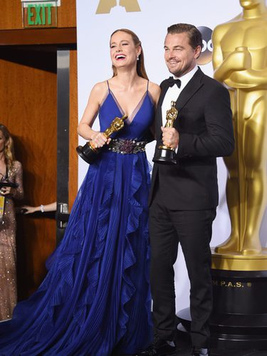 Brie Larson y Leonardo Dicaprio posando con sus estatuillas en los Oscar 2016/ eCartelera.com