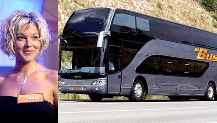 Sonia, la ganadora, junto al bus