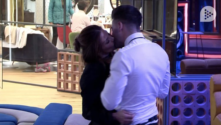 Ivonne y Sergio besándose tras su encuentro en la habitación