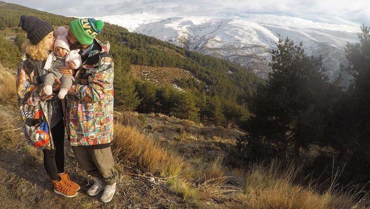Azahara Duque y Juanma Furió con la pequeña Natura/ Fuente: @alhzarha</p><p>