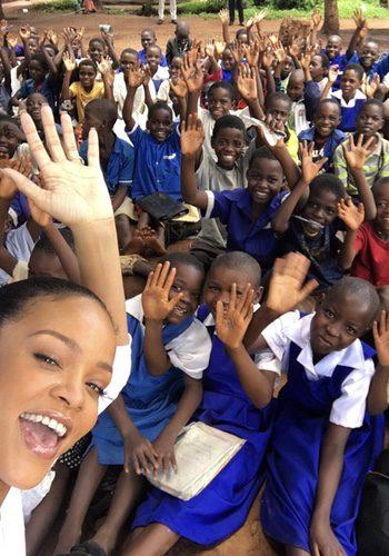 Rihanna en su visita a un colegio en Malawi/ Fuente: Instagram Rihanna