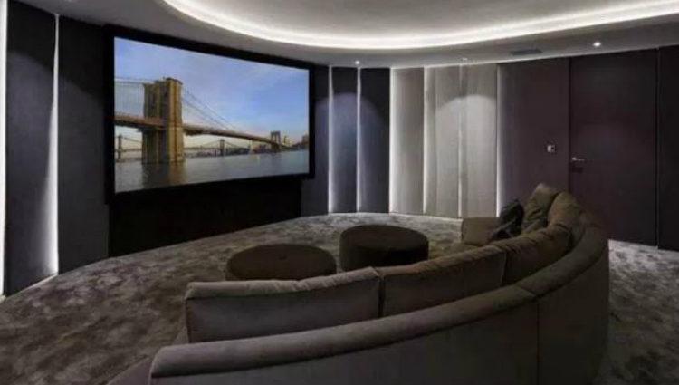 La casa cuenta con su particular sala de cine