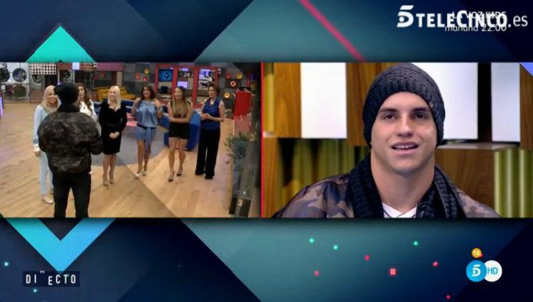 Antônio saluda a los concursantes y Manoel lo observa desde el confesionario | telecinco.es
