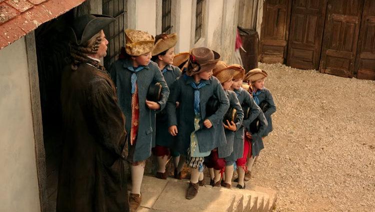 Fotograma de 'La Bella y la Bestia' en el que los niños de la aldea están yendo a la escuela