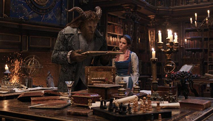 Bella en la biblioteca del castillo de la Bestia