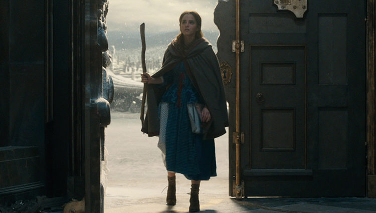 Fotograma de 'La Bella y la Bestia' en el que Bella entra al castillo