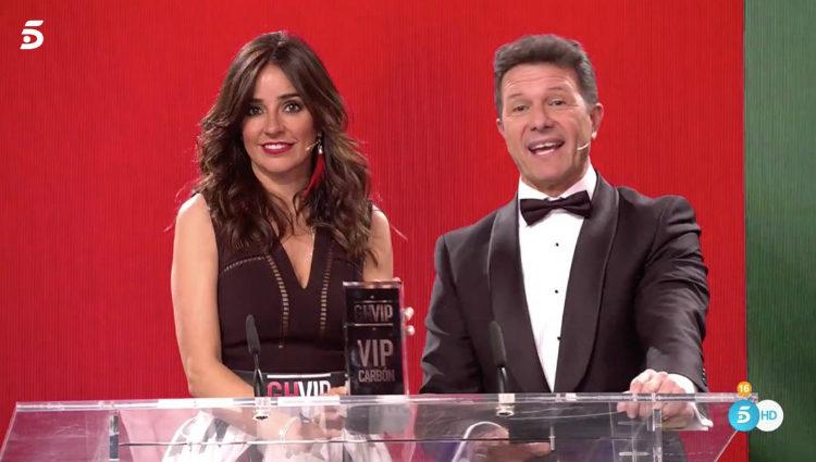 Carmen Alcayde y Antonio Sánchez Casado entregan el premio VIP Carbón a Aída Nízar | telecinco.es
