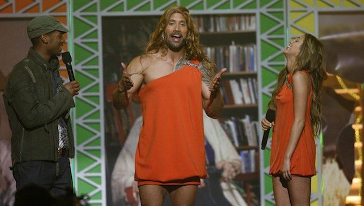 Dwayne Johnson haciendo el cameo en l serie 'Hannah Montana'