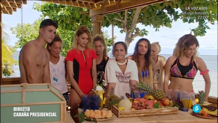 El grupo de las parejas espera en la playa antes de saltar del helicóptero | telecinco.es