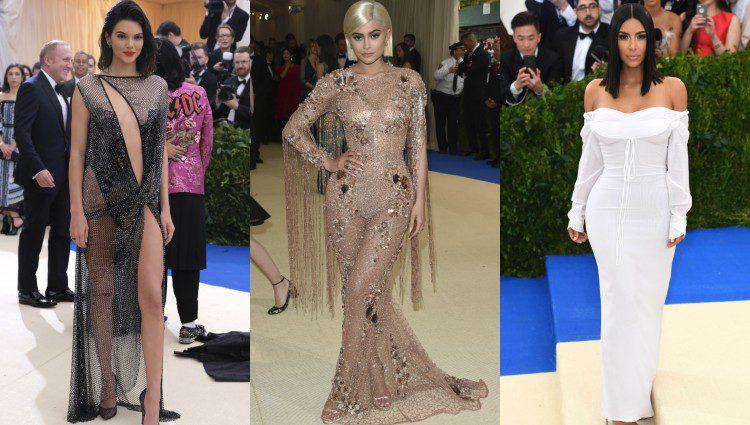 Kendall y Kylie Jenner y Kim Kardashian en la gala del MET 2017
