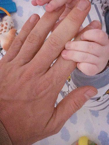 El hijo de Jaime Cantizano agarrando su mano/ Fuente: Instagram