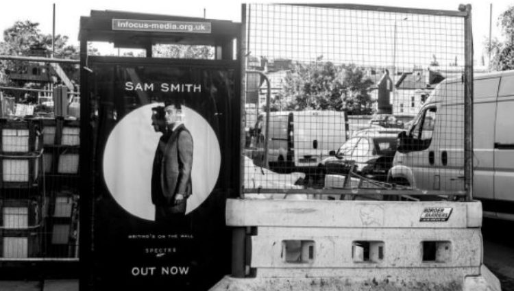 Sam Smith haciendo del propio James Bond en un cartel publicitario | Foto: Instagram