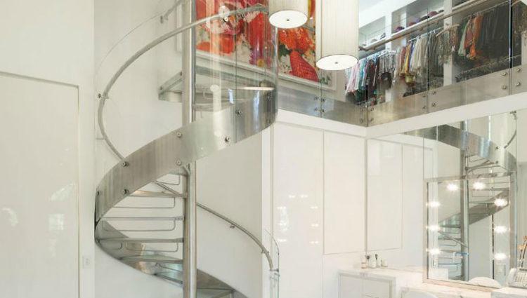El vestidor y el salón de belleza conectados por una escalera de caracol