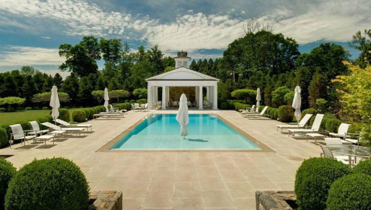 Zona ajardinada y piscina de la mansión de Thalía